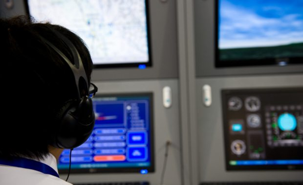 How-to-become-an-air-traffic-controller-landing-planes