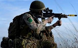 A-British-Army-Paratrooper-with-3-PARA