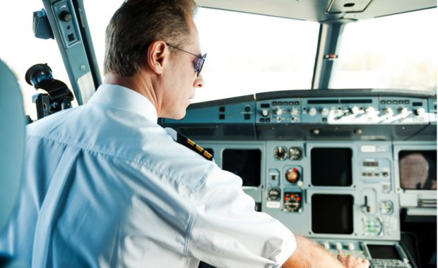 How-to-become-an-airline-pilot-pilot-in-cockpit